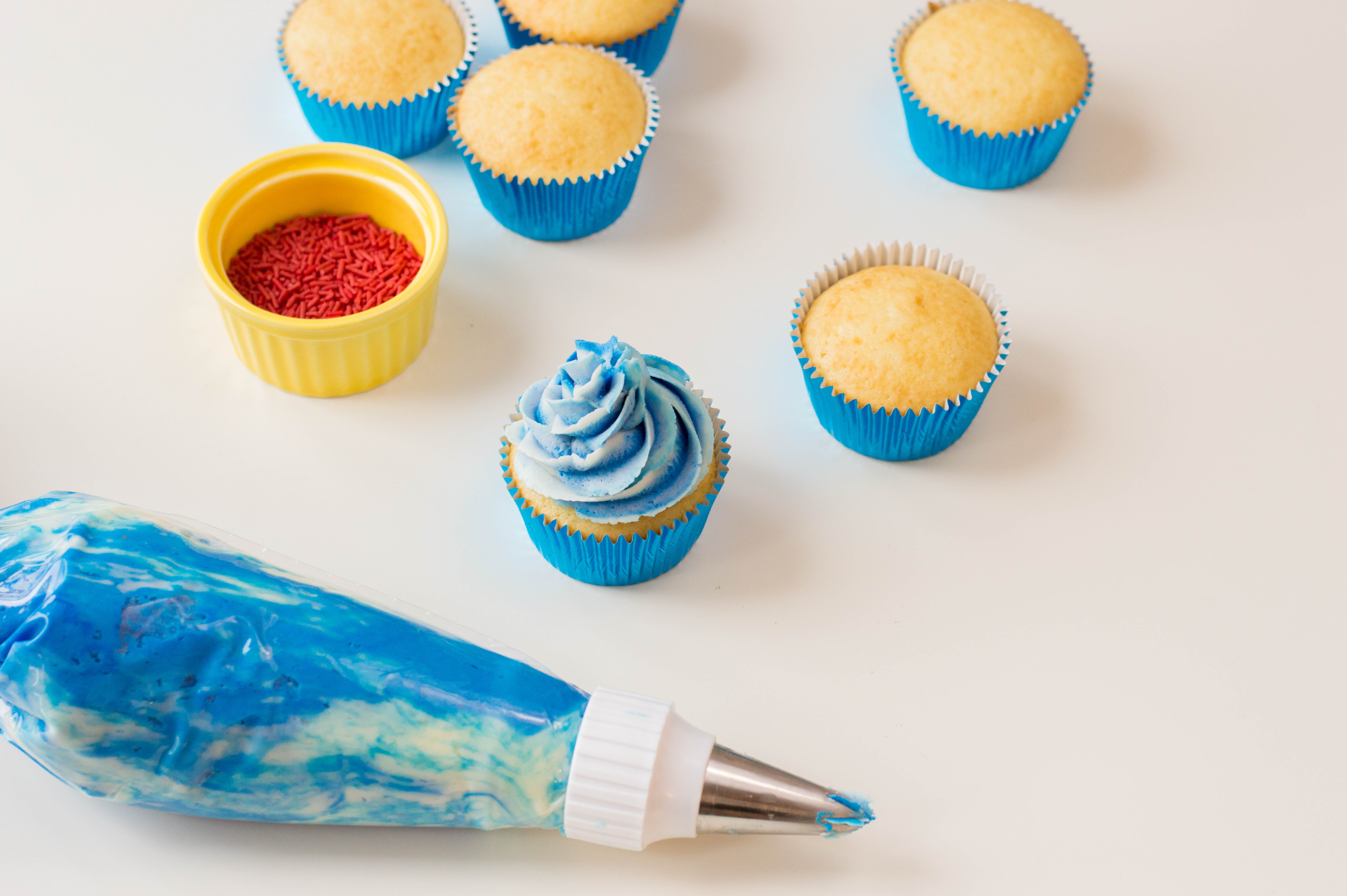 Decorating 4th of july themed cupcakes